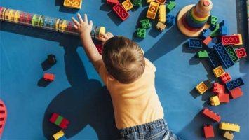 Dítě si hraje s Legem