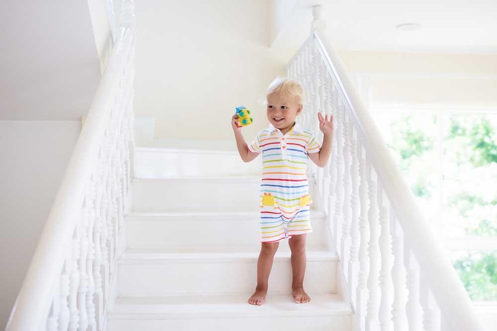 Dítě na schodech