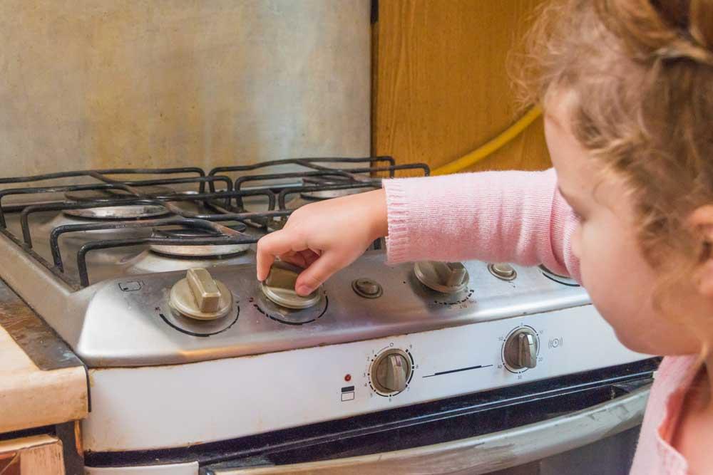 Dítě u plynového sporáku