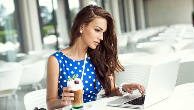 Žena u PC- Ilustrační foto