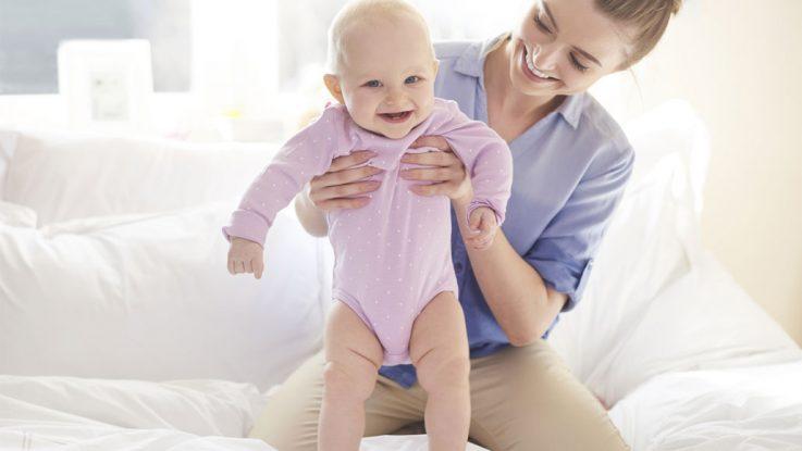 Žena drží dítě